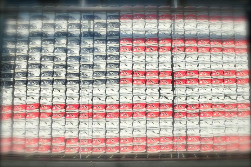 コンバースショップ 商品であるスニーカー三色を星条旗のデザインに構成 最高のVP(ヴィジュアルプレゼテーション)ですね!