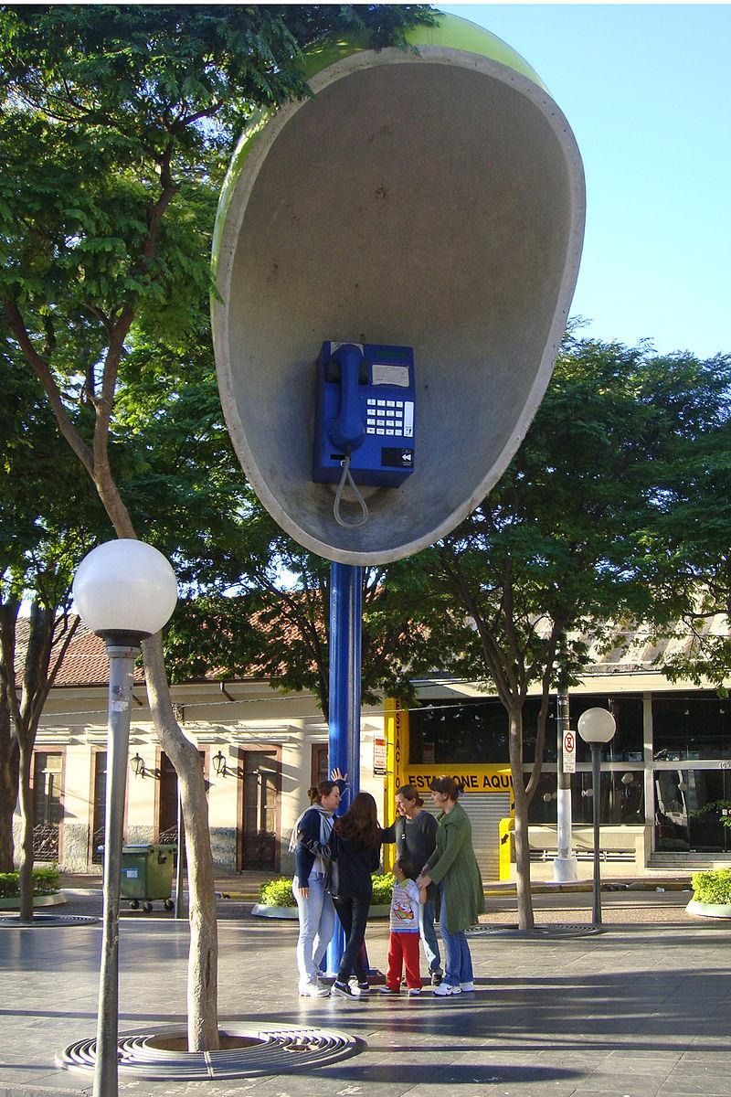 イトゥにある大っきな電話機