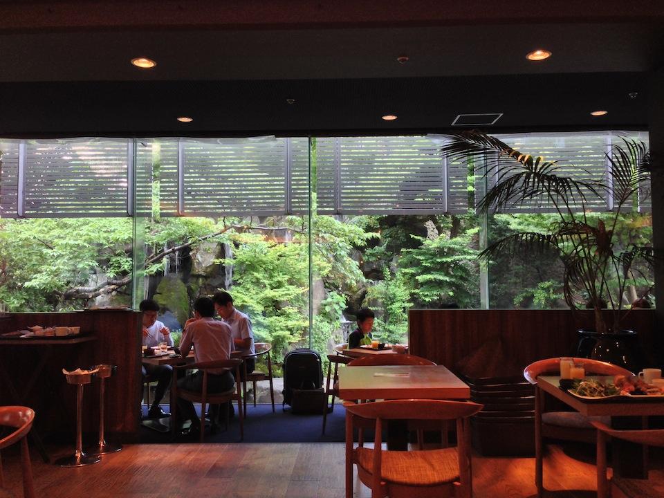 その名もガーデンレストラン。緑に囲まれています。