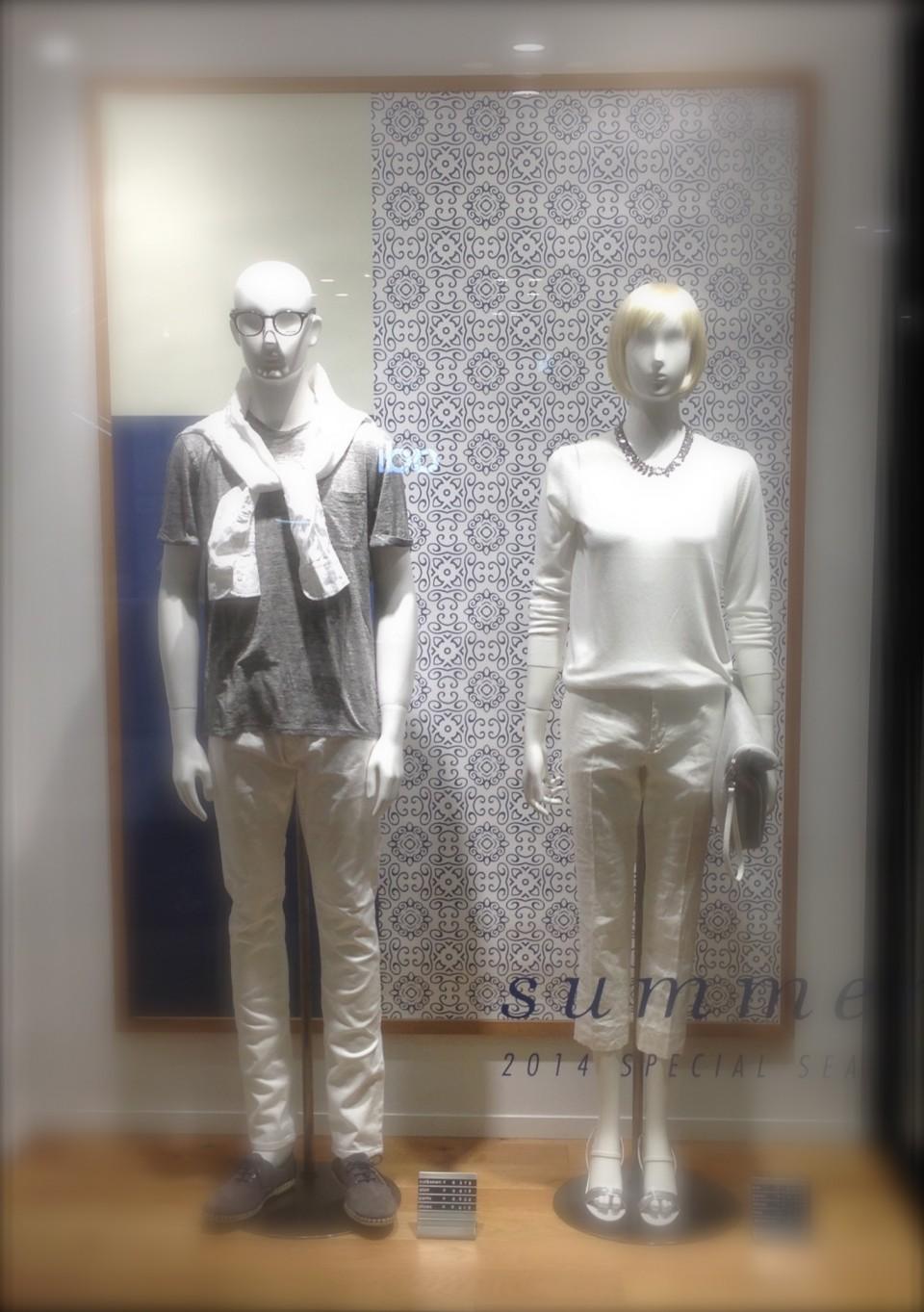 薄い色の柄を背景に白いスタイリング