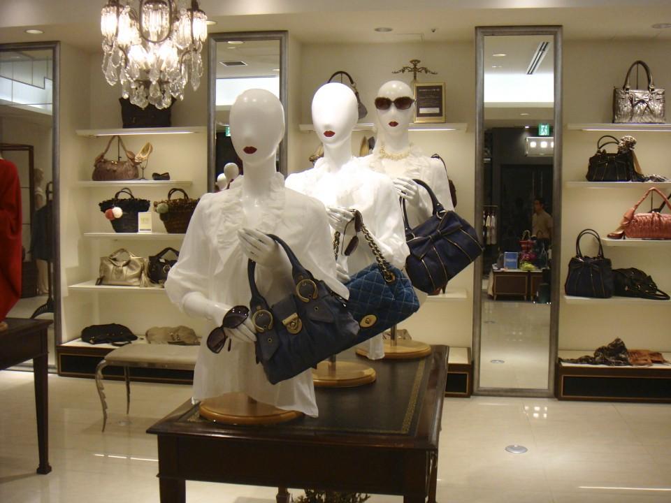 主役であるブルーのバッグ。それを引き立たせる為に白いブラウスを仕入れる。