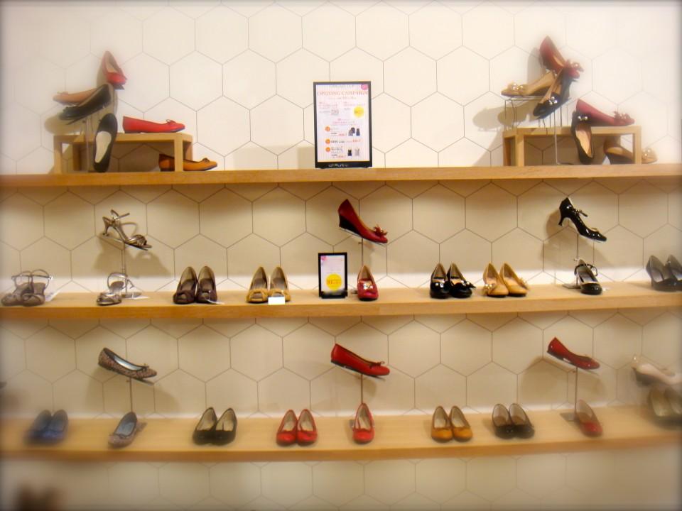 下に沢山ある靴の中から、一型抜き出してカラーを展開を見せている