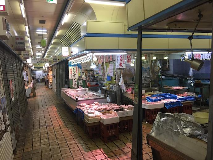 小さな市場の中の本格的な魚屋さん