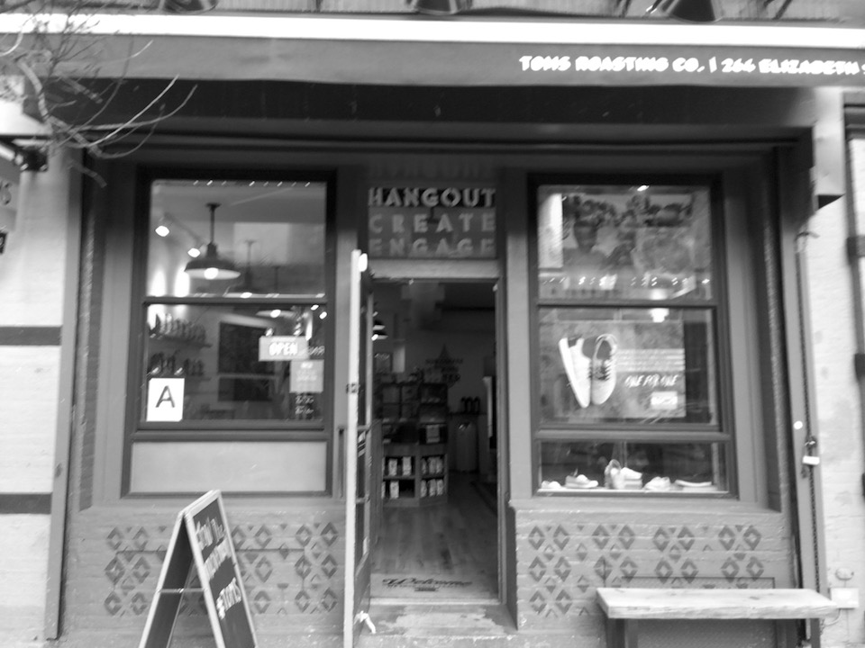 入り口はカフェ。細ーい通路を抜けるとその奥に、スニーカーショップが現れる。