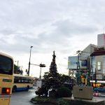 その駅前にクリスマスツリーが飾り続けられている理由とは?