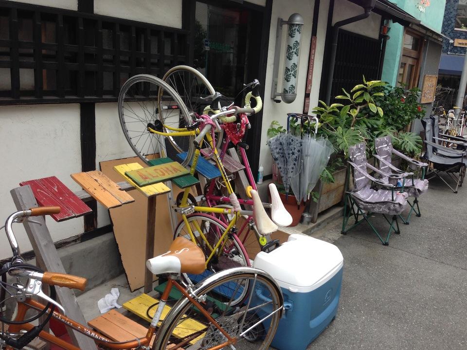 ヘアーサロンの前にある自転車ラック