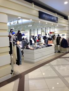 色温度が高いお店 クールで辛口なスタイリング 商品の色も モノトーンとロイヤルブルー中心