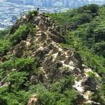 山の岩肌の白、街の風景の白。