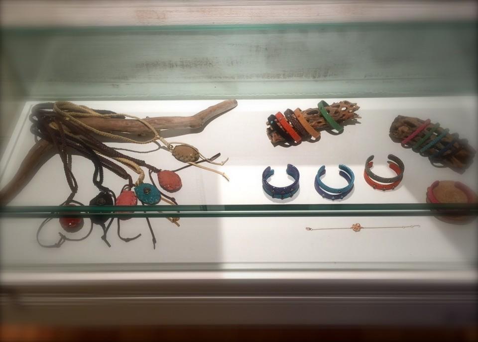 レザーの編み込み+ターコイスといったワイルドな商品を引き立てる流木