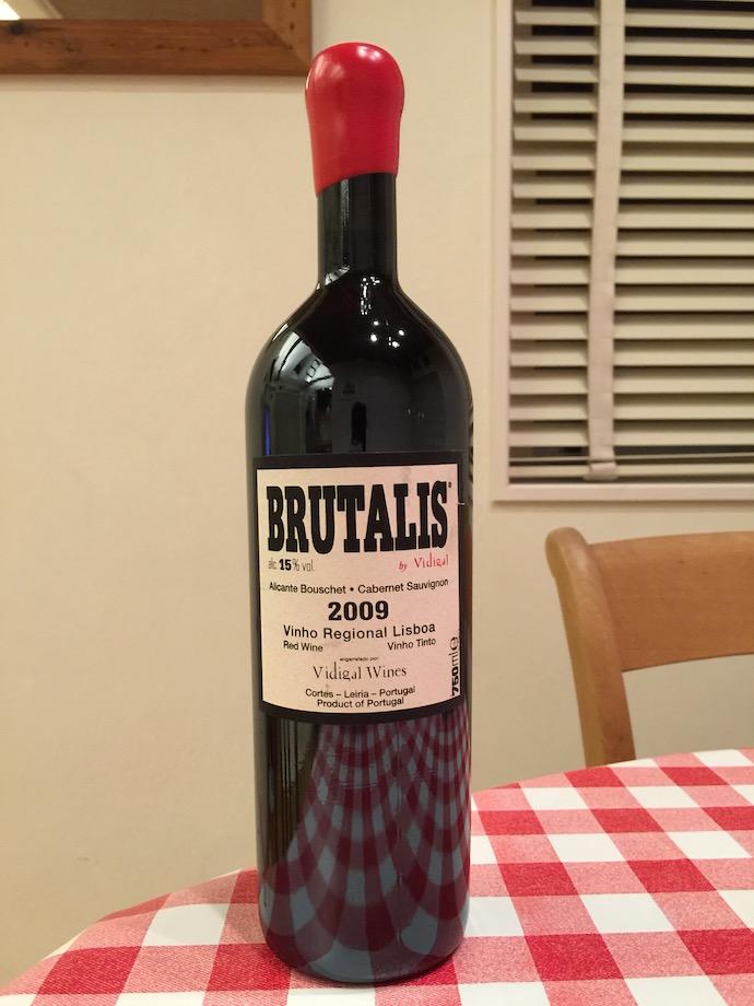 今日お酒屋さんで買ったワイン。 買った理由は個性的なボトルのデザイン。