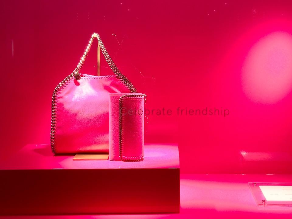ピンクの商品にピンクの背景