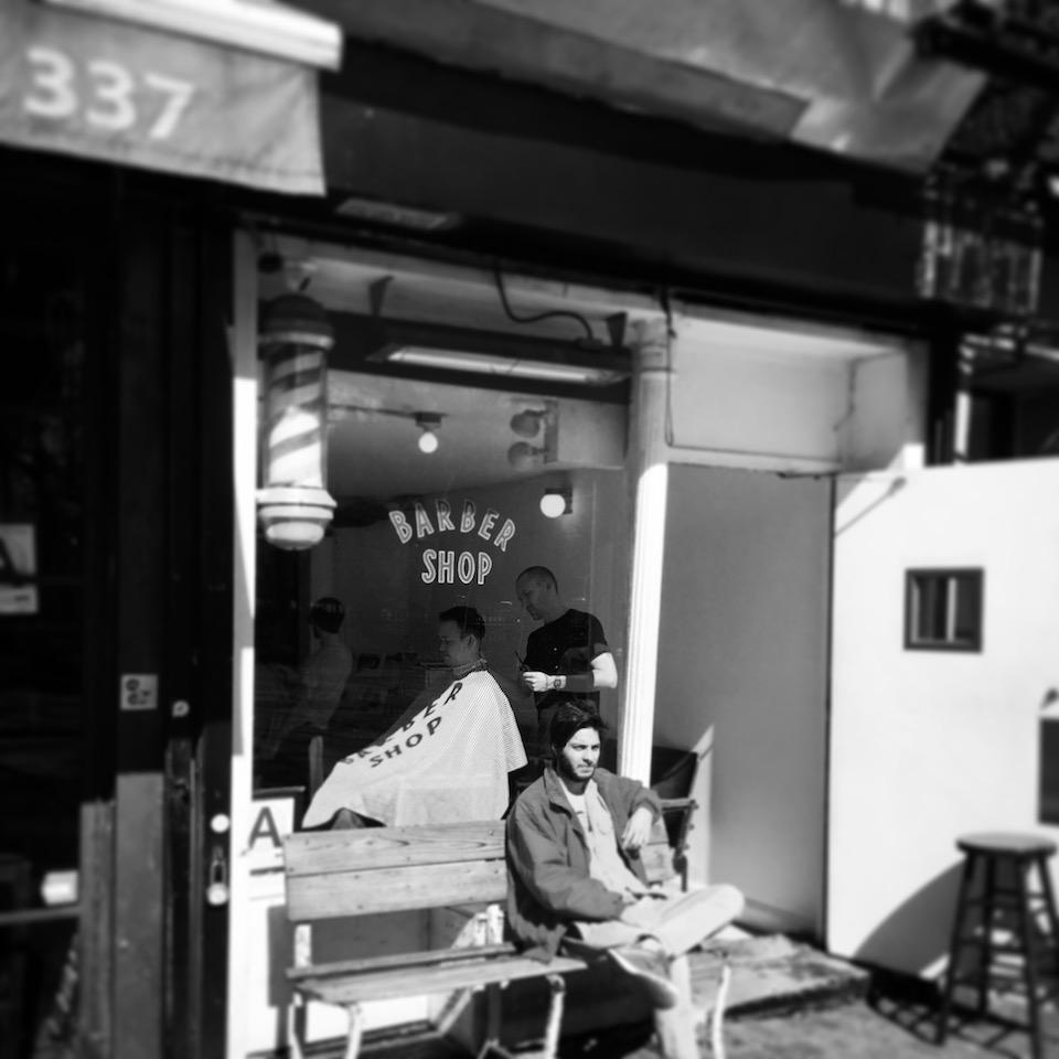 入り口は小さなバーバー(散髪屋)。その奥の扉を開けると、広大なバー(酒場)スペースになっているお店。